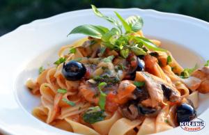 Makaron w pomidorach z czarnymi oliwkami, pieczarkami i mozzarella